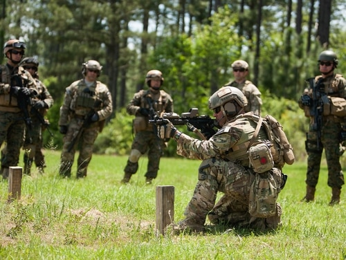 A U.S. Special Forces soldier explains common tactics, techniques and procedures during training. One soldier was killed and seven others injured in a training incident Sept. 14, 2017, at Fort Bragg, N.C. (Staff Sgt. Osvaldo Equite/Army)