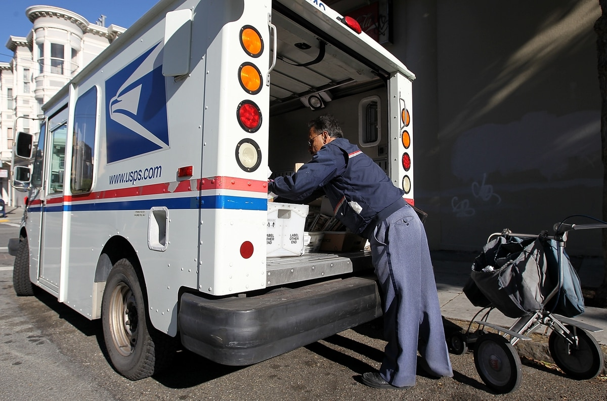 Postal task force recommends changing employee pay, retirement