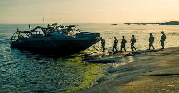 Swedish Marines and Marines with Marine Rotational Force-Europe board Swedish Combat Boat 90 (CB-90) during amphibious assault rehearsal during Exercise Archipelago Endeavor in Korso, Sweden, Aug. 30, 2018. (Sgt. Devin Andrews/Marine Corps)