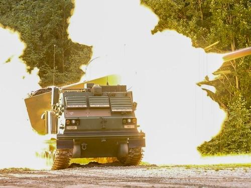 Un sistema de cohetes de lanzamiento múltiple del Ejército de los EE. UU. Dispara un cohete durante un ejercicio de fuego real con las fuerzas de defensa de Estonia en Tapa, Estonia, el 5 de septiembre de 2020 (Spc. Ryan Barnes / Ejército)