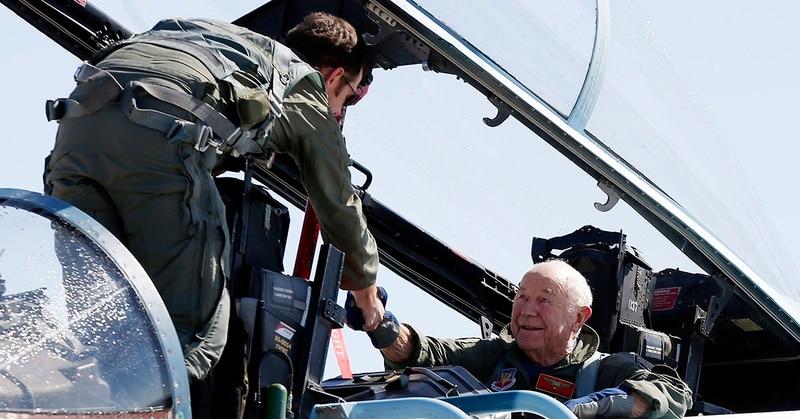 النقيب ديفيد فينسنت ، إلى اليسار ، يهنئ العميد المتقاعد بالقوات الجوية.  الجنرال تشارلز ييغر بعد رحلة إعادة تفعيل طائرة F-15D لإحياء ذكرى كسر Yeager لحاجز الصوت قبل 65 عامًا ، يوم الأحد ، 14 أكتوبر ، 2012 ، في قاعدة نيليس الجوية ، نيفادا. (Isaac Brekken / AP)