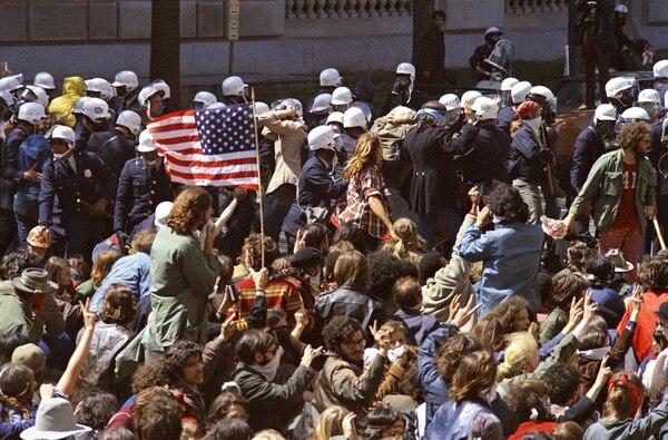 Anti-war demonstrators mass on the Ellipse in Washington, D.C., on May 9, 1970. (Charles Tasnadi/AP)