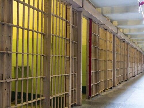 قال مسؤولون إن رئيس تقني التشفير (مجموعة) ماثيو لي ريتشاردسون تم القبض عليه إلى E-1 وحُكم عليه بالسجن خمس سنوات خلف القضبان. (مخزون)