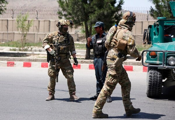 Security personnel arrive at the site of an attack in the Afghan Interior Ministry in Kabul, Afghanistan, Wednesday, May 30, 2018. The area around the Interior Ministry has been rocked by several loud explosions and gunfire, in what appears to be the latest in a series of attacks in Kabul. (Rahmat Gul/AP)