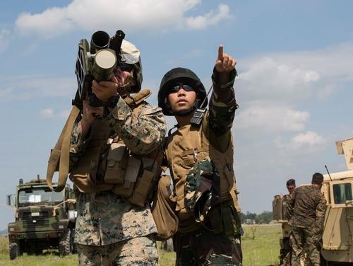 Philippine Airman Kelas 2 Carlos P. Elamparo bertindak sebagai penembak untuk US Marine Lance Cpl. Callen Shouse selama simulasi rudal permukaan-ke-udara sebagai bagian dari latihan KAMANDAG 3 di Pangkalan Udara Kolonel Ernesto P.Ravina, Filipina, 10 Oktober 2019. (Kopral Lance Brienna Tuck / Korps Marinir)