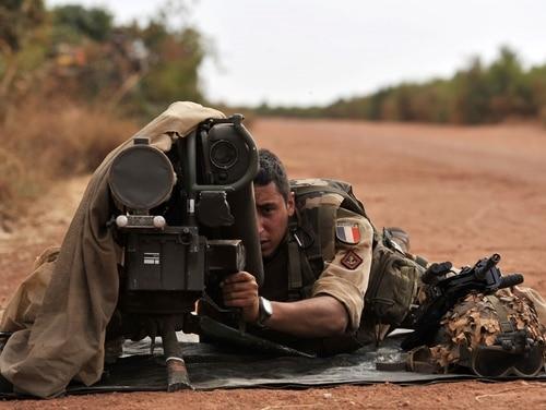 جندي فرنسي يجلس مع قاذفة صواريخ مضادة للدبابات من طراز ميلان في موقع أمامي بالقرب من ديابالي ، البريد ، 22 يناير 2013 (Issouf Sanogo / AFP via Getty Images)