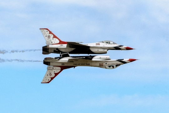U.S. Air Force Thunderbirds perform a mirror-image maneuver during the 2017 Andrews Air Show: Air and Space Expo Sept. 15, 2017. (Senior Airman Delano Scott/Air Force)