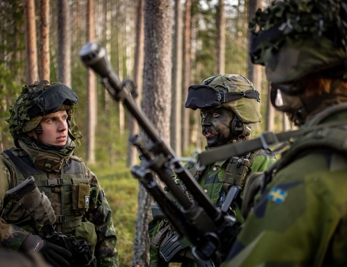 A Finnish soldier talks to Swedish soldiers during the NATO-led exercise Trident Juncture in 2018. (Marcus Nilsson/Swedish Armed Forces)