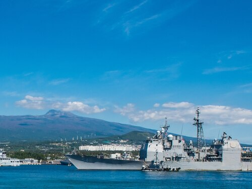 The Ticonderoga-class guided-missile cruiser Antietam pulls in to port at the Republic of Korea Navy base on Jeju Island on Oct. 12, 2018. (MC3 William Carlisle/Navy)