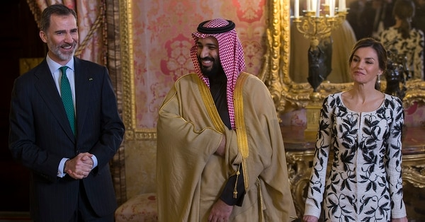 Spain's King Felipe, left, his wife Queen Letizia, right, and Saudi Crown Prince Mohammed bin Salman Al Saud stand to welcome guests before a lunch at the Royal Palace in Madrid, Thursday, April 12, 2018. (AP Photo/Francisco Seco, Pool)