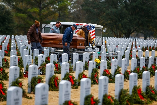 Houston National Cemetery groundskeepers move the coffin of Pfc. Lonnie Eichelberger to a grave Wednesday, Jan. 10, 2018 in Houston. (Michael Ciaglo/Houston Chronicle via AP)