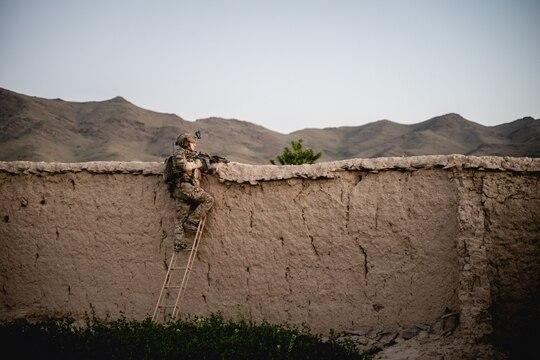 U.S. service members scales a wall in Southeast Afghanistan in May 2019. (Sgt. Jaerett Engeseth/Army)