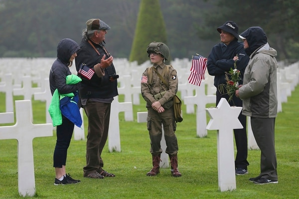 David Chamberlain, second right and his family, from left to right, his wife June, his son Steve, center, and grandfather Charly Powers, from Atlanta, visit the Colleville American military cemetery in Colleville sur Mer, France, Wednesday June 6, 2018, on the 74th anniversary of the D-Day landing. (David Vincent/AP)