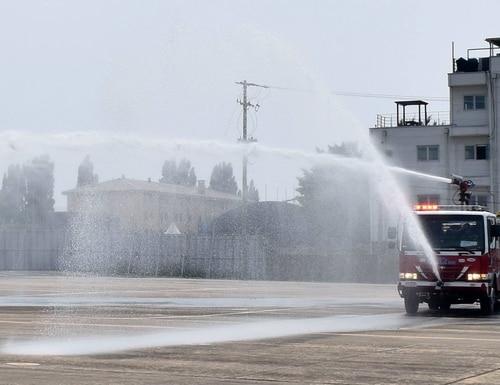 The fire truck sprays water at the CH-47 Egress training, June 1, 2017. (US Army Garrison Daegu)