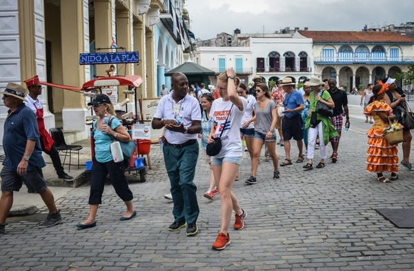 US students of Princeton University walk along the streets of Havana, on June 17, 2015. Cubans feel their life is not improving in spite of the rapproachment between their country and the US. AFP PHOTO/ADALBERTO ROQUE