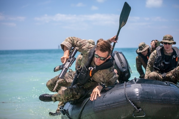 Special Forces soldiers work on diver qualification with the JFK Special Warfare Center and School. (Robert Lindee/Army)