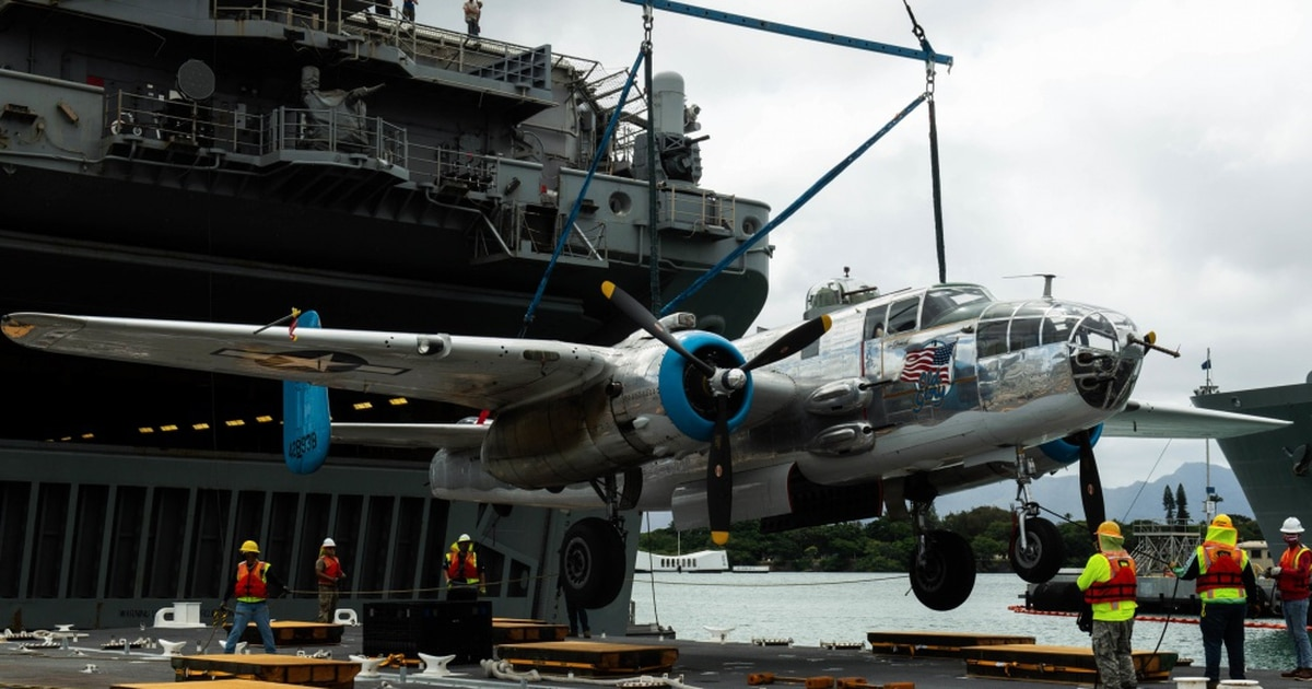 WWII aircraft arrive in Hawaii aboard amphibious assault ship Essex for end of WWII's 75th anniversary