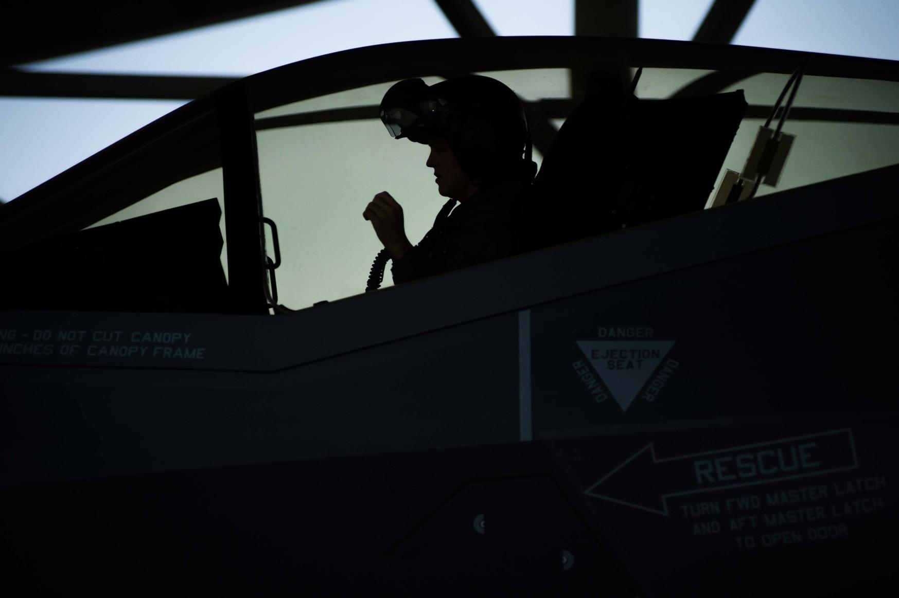 F-35 kokpitinin kabin basıncındaki ani artışların aşırı kulak ve sinüs ağrısına neden olduğu bilinmektedir. (Kıdemli Havacı Danielle Charmichael / ABD Hava Kuvvetleri)
