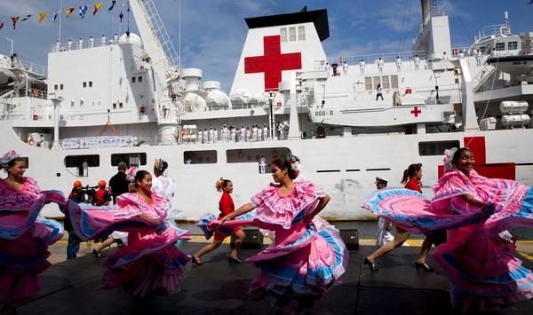 Venezuelan dancers welcome the arrival of Chinese navy hospital ship