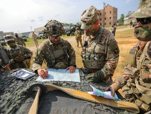 The commander of 1st Brigade, 101st Airborne Division, briefs Maj. Gen. Brian E. Winski, the 101st commander, on his defensive plan Sept. 19 at the Joint Readiness Training Center-Fort Polk, La. (Staff Sgt. Justin Moeller/Army)