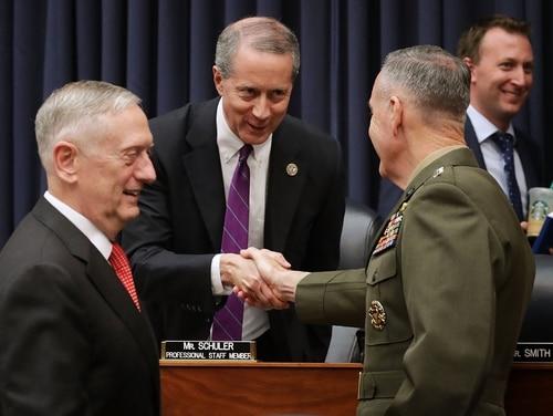 Menteri Pertahanan AS James Mattis, kiri, dan Ketua Kepala Staf Gabungan Jenderal Joseph Dunford, kanan, menyambut Ketua Komite Angkatan Bersenjata DPR Mac Thornberry, R-Texas. (Chip Somodevilla / Getty Images)