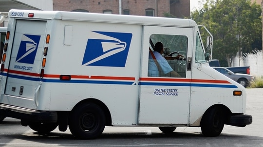 An arbitrator overturned Postal Service rules that prevented employees from taking leave without pay to volunteer for political campaigns. (Kevork Djansezian/Getty Images)