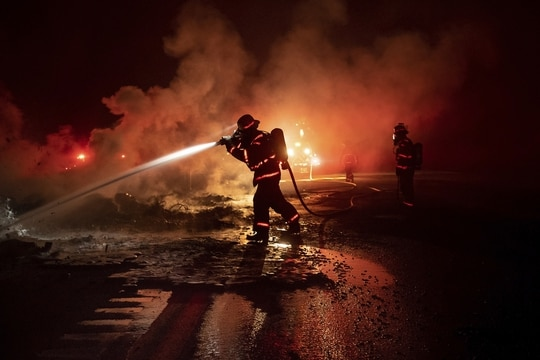 Federal firefighters would be granted the same rights as state, local and municipal employees to trade shifts with each other. (Noah Berger/AP)
