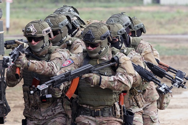 A Ukrainian special forces team moves in unison and prepares to rescue a training hostage Sept. 20, 2019, during a demonstration of American and Ukrainian military firepower in Rapid Trident 2019 in Yavoriv, Ukraine. (Staff Sgt. Eddie Siguenza/Army National Guard)