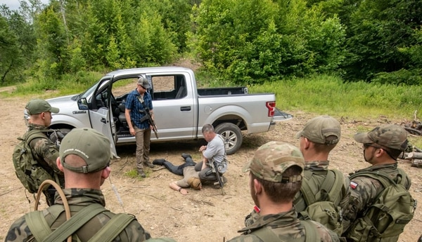 Polish Territorial Defense Forces receive training in checkpoint vehicle clearing from members of West Virginia Army National Guard Special Forces during Ridge Runner 19-02, June 24, 2019, in West Virginia. (Edwin Wriston/Army)