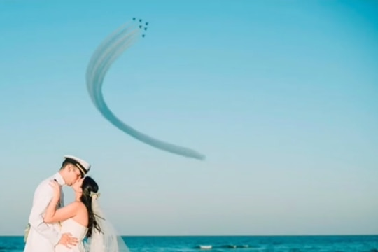 It was a picture perfect moment for a newly wedded Navy couple. (Screenshot via TikTok)