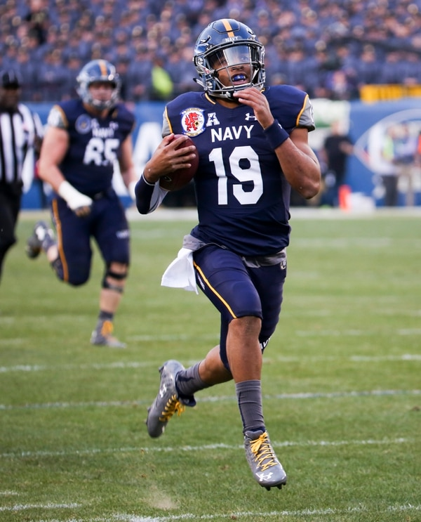 Navy quarterback Keenan Reynolds breaks away for a long run and a 1st quarter touchdown during the Army Navy football game at Lincoln Financial Field in Philadelphia, PA on December 12, 2015. (Alan Lessig/Staff)