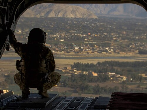 A U.S. Army crew chief surveys the area over Jalalabad, Afghanistan, on Jan. 25, 2018. (Staff Sgt. Kellen Stuart/Army)