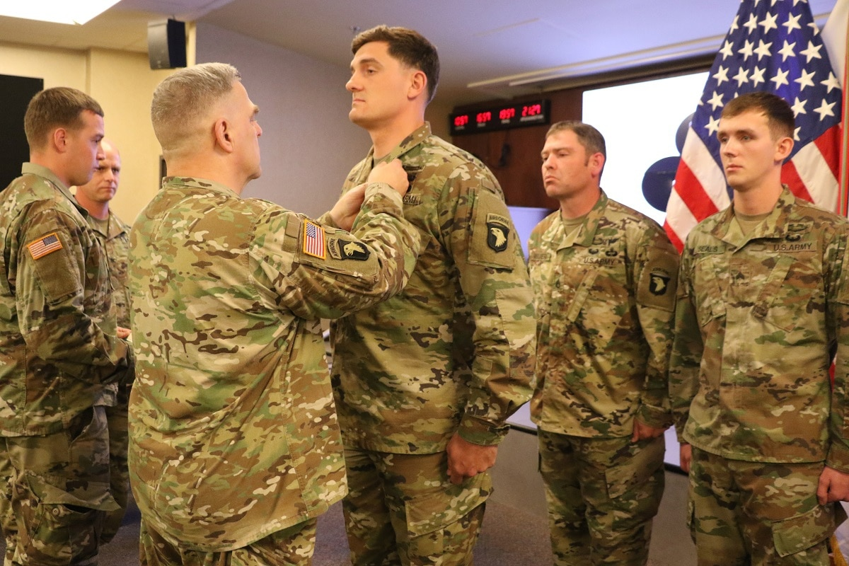 c44c09973013f Six 101st Airborne soldiers receive Soldier s Medal for rescuing Black Hawk  crew