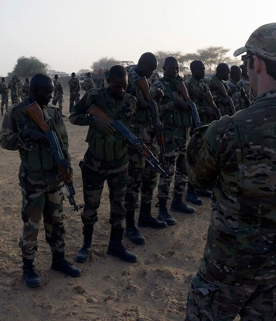 A U.S. Army Special Forces weapons sergeant inspects a Nigerien service member's weapon prior to entering a range as part of Flintlock 2017 in Diffa, Niger, Feb. 25, 2017. (Spc. Zayid Ballesteros/Army)