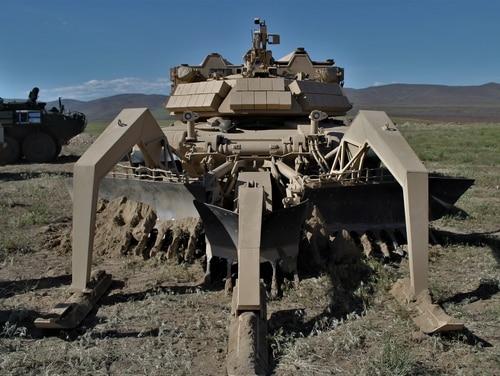 Sebuah kendaraan penyerang robotik membersihkan ranjau selama latihan pelanggaran senjata gabungan di Yakima Training Center di negara bagian Washington pada 7 Mei (Jen Judson / Staf)