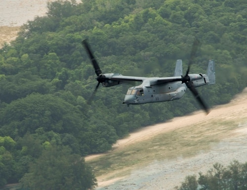 An MV-22 Osprey tiltrotor aircraft, assigned to Marine Medium Tiltrotor Squadron (VMM) 265 (Reinforced), flies through the air over the Northern Mariana Islands en route to pick up distinguished visitors from Palau in 2015. (Mass Communication Specialist 3rd Class Cameron McCulloch/Navy)