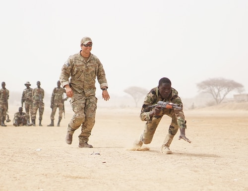 A U.S. Army Special Forces weapons sergeant observes as a Nigerien soldier bounds forward while practicing buddy team movement drills during Exercise Flintlock 2017 in Diffa, Niger, March 11, 2017. (Spc. Zayid Ballesteros/Army)