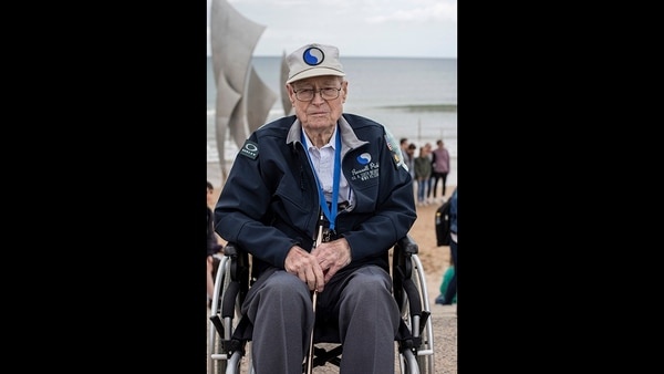 World War II veteran Russell Pickett, from Tennessee, poses at Omaha Beach in Saint-Laurent-sur-Mer, Normandy, France, Monday, June 3, 2019. (Rafael Yaghobzadeh/AP)