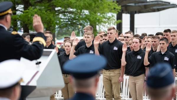 New enlistees for the Indiana National Guard take the oath of enlistment during a mass enlistment ceremony at the Indianapolis Motor Speedway in Speedway, Indiana, May 19, 2019. (Jonathan W. Padish/ING)