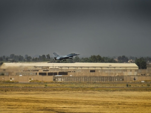 طائرة مقاتلة عراقية من طراز F-16 Fighting Falcon تقلع في 17 يونيو 2019 في قاعدة بلد الجوية بالعراق. (الرقيب أول لوك كيترمان / القوات الجوية)
