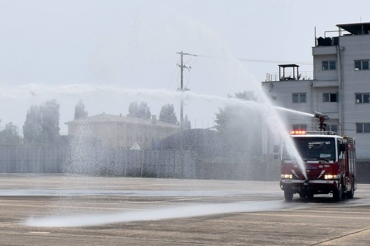 The fire truck sprays water at the CH-47 Egress training, June 1, 2017. (US Army Garrison Daegu)