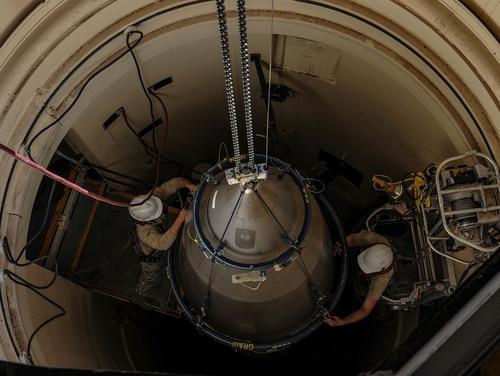 Sistem komando yang akan digunakan Presiden untuk mengkoordinasikan tanggapan nuklir AS telah menerima komandan baru dan mandat untuk reformasi. Di atas, penerbang melakukan perawatan berkala pada ICBM nuklir. (Departemen Pertahanan / Penerbang Kelas 1 Braydon Williams).