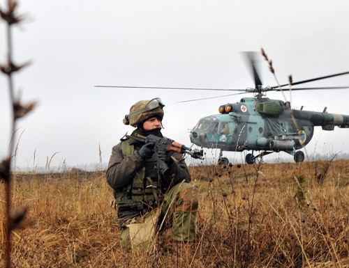 A Ukrainian soldier provides cover for a Ukrainian aircraft during an air assault mission with U.S. soldiers at the International Peacekeeping and Security Center in Yavoriv, Ukraine. (Staff Sgt. Elizabeth Tarr/Army)
