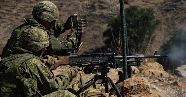 Members of the Canadian 2nd Battalion Royal 22e Régiment signal the start of an attack by firing the C6 General Purpose Machine Gun during a live-fire exercise at range 208 Charlie during the biennial Rim of the Pacific (RIMPAC) exercise at Marine Corps Base Camp Pendleton, July 6. (Ordinary Seaman Justin Spinello/Canadian Armed Forces)