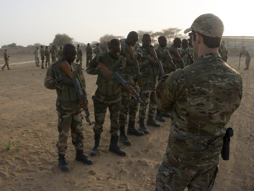 A U.S. Army Special Forces Weapons sergeant inspects a Nigerien service member's weapon prior to entering a range as part of Flintlock 2017 in Diffa, Niger, on February 25, 2017. Niger is one of seven African nations to host Flintlock 2017. (Spc. Zayid Ballesteros/U.S. Army)