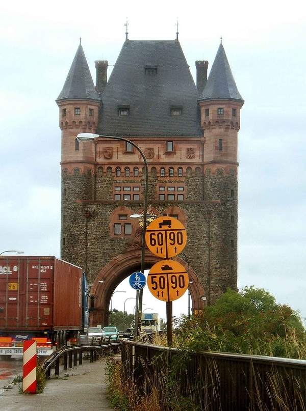 A military load class sign at the Rhine Bridge in Worms, Germany, provides information about weight and height limits. (FelixH~commonswiki via Wikipedia)