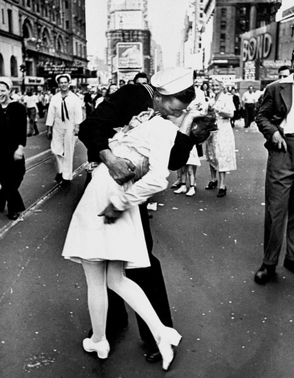 The famous photo of Mendonsa. (Alfred Eisenstaedt//Time Life Pictures/Getty Images)