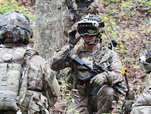 Prajurit dan Marinir menyelesaikan latihan lapangan seukuran perusahaan, menguji Sistem Augmentasi Visual Terpadu yang baru. IVAS diharapkan mulai menerjunkan pada 2021. (Angkatan Darat)