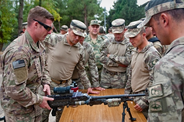 A U.S. soldier discusses the 240B machine gun with a group of Turkish soldiers on Oct. 9, 2018, in Gaziantep, Turkey. U.S. and Turkish troops rehearsed and trained together prior to beginning joint patrols in northern Syria. (Staff Sgt. Timothy R. Koster/Army)
