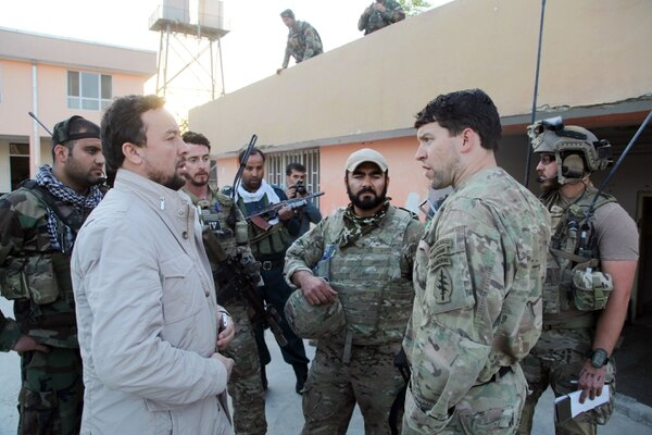 Kunduz chief of police, Mohammad Qasim Jangalbagh, left, talks to U.S. and Afghan special forces in Kunduz city, north of Kabul, Afghanistan, Thursday, Oct. 1, 2015. (AP photo)